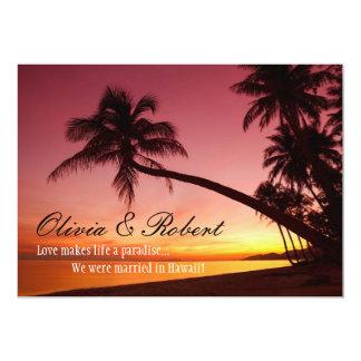 Tropische Strand-Sonnenuntergang-Palmen, die den