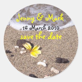Tropischer Strand-Hochzeit Save the Date Plumeria Runder Aufkleber
