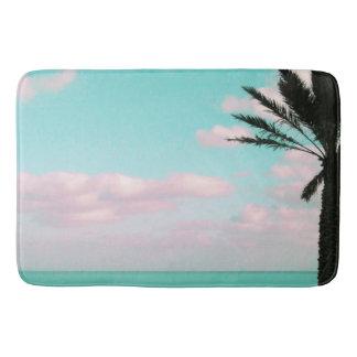 Tropischer Strand, Meerblick, rosa Wolken, Palme Badematte