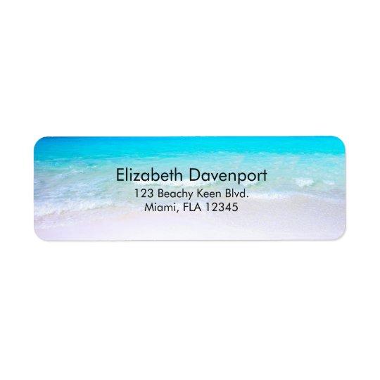 Tropischer Strand mit einem Türkis-Meer Rücksendeetikett