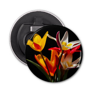 Tulpe-Blumen gegen schwarzen Hintergrund Flaschenöffner