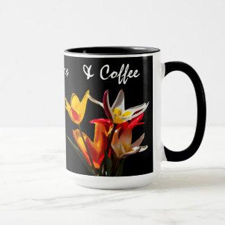 Tulpe-Blumen gegen schwarzen Hintergrund Tasse