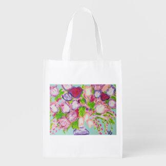 Tulpen, die auf Weiß überlaufen Wiederverwendbare Einkaufstasche