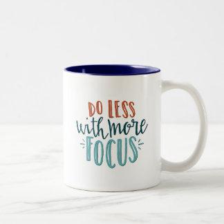 Tun Sie kleiner mit mehr Fokus-Zitat-Tasse Zweifarbige Tasse