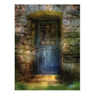 Tür - eine ziemlich alte Tür, die zu irgendwo Postkarte