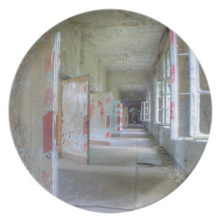 Türen und Korridore 02,1, verlorene Plätze, Melaminteller