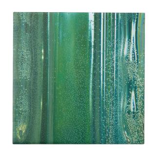 Türkis und blaue Reflexionen im Glas Kleine Quadratische Fliese