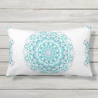 Türkis-weiße BlumenMandala-geometrisches Muster Lendenkissen