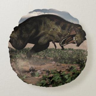 Tyrannosaurus rex, das an einem Triceratops brüllt Rundes Kissen