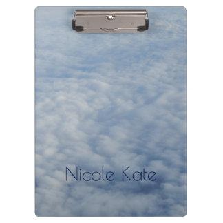 Über dem Wolken Monogramm Klemmbrett