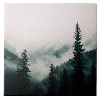 Über den Bergen und der Abflussrinne das Holz Fliese