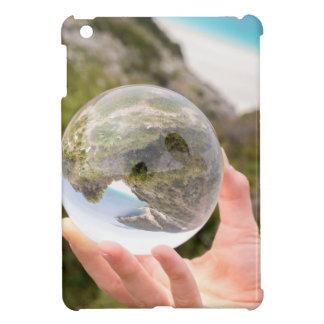 Übergeben Sie das Halten des Kristallballs nahe iPad Mini Hülle