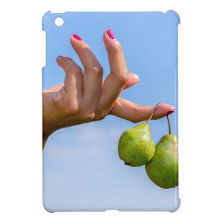 Übergeben Sie das Halten von zwei hängenden grünen iPad Mini Hülle