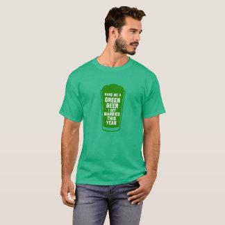 Übergeben Sie mir ein grünes Bier, das ich dieses T-Shirt