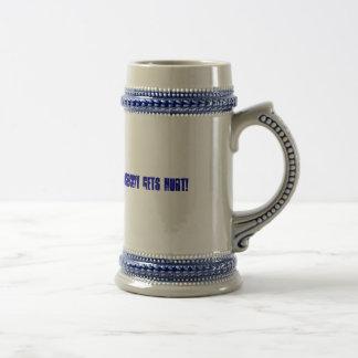 Überreichen Sie das Koffein und niemand erhält Bierglas