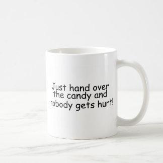 Überreichen Sie einfach die Süßigkeit und niemand Kaffeetasse