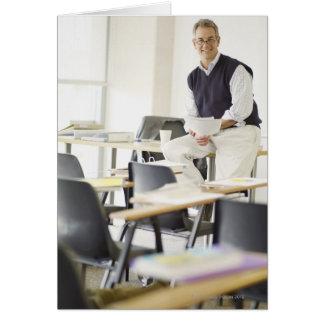 Überzeugter Professor, der auf Schreibtisch im Karte