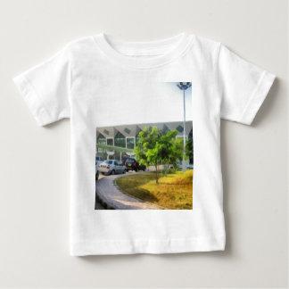 Udaipur Flughafen und Autos in der Front Baby T-shirt