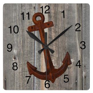 Uhr mit Scheunen-hölzernem Hintergrund und