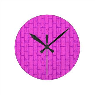 Uhr Ziegelwand pink