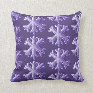 Ultraviolettes flaumiges Schneeflocke-Muster Kissen