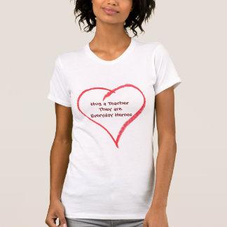 Umarmen Sie eine Lehrer-tägliche T-Shirt