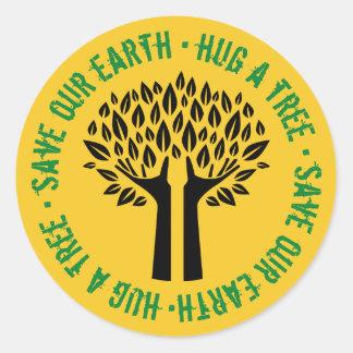 Umarmen Sie einen Baum retten unsere Erde Runder Aufkleber