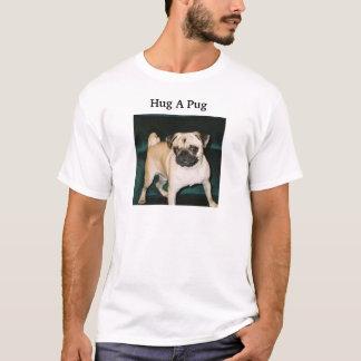 umarmen Sie einen Mops T-Shirt