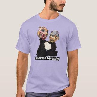 Umarmungs-Diversity-Räuber und Polizist T-Shirt