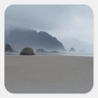 Umarmungs-Punkt-Oregon-Küste an einem nebelhaften Quadratischer Aufkleber