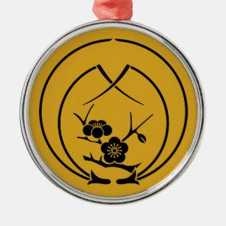 Ume Niederlassung in den Umfassungskiefernnadeln Silbernes Ornament