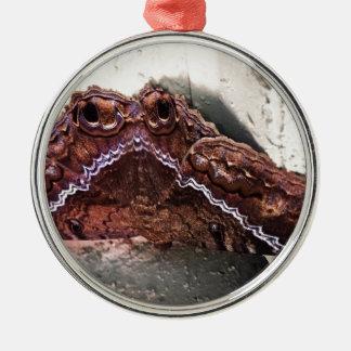 Umgedrehte Motte Silbernes Ornament