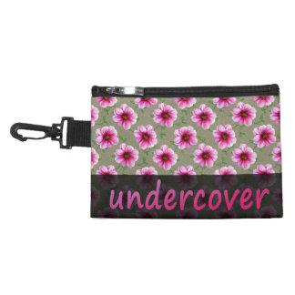 Undercover rosa mit BlumenBlumen auf irgendeiner Kulturtasche