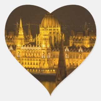 Ungarisches Parlament Budapest bis zum Nacht Herz-Aufkleber