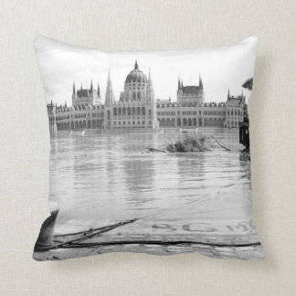 Ungarisches Parlaments-Gebäude über Fluss Donau Kissen