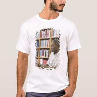 Unistudent, der in der Bibliothek arbeitet T-Shirt