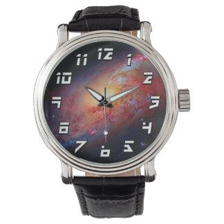 Unordentlicheres Weltraum-Foto der gewundenen Armbanduhr