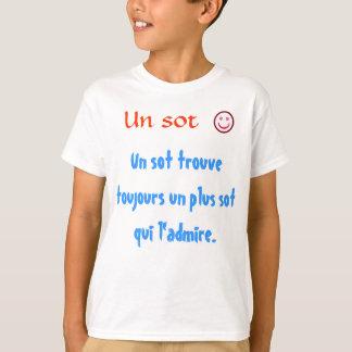 UNOsot trouve toujours UNO plus Sot qui l'admire. T Shirts