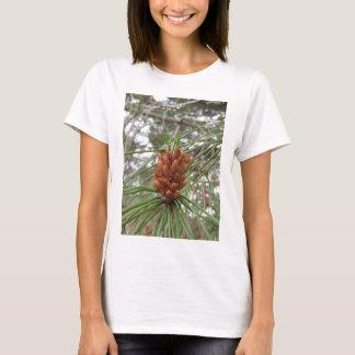 Unreife Mannes- oder Blütenstaubkegel der Kiefers T-Shirt