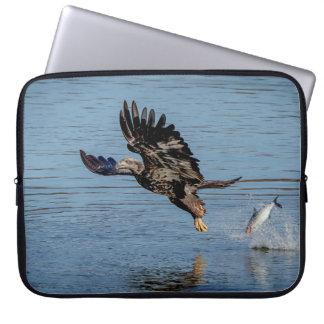 Unreifer Weißkopfseeadler, der einen Fisch Laptop Sleeve