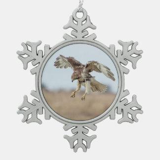 Unreifes Rot angebundener schwebender Falke Schneeflocken Zinn-Ornament