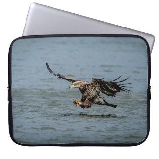 Unreifes Weißkopfseeadlertauchen für einen Fisch Laptopschutzhülle