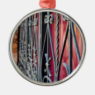 Unscharfes Fragment eines alten Gebäude Rundes Silberfarbenes Ornament