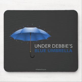 Unter Debbies blauem Regenschirm Mousepad