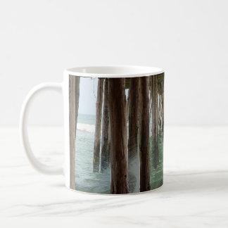 Unter dem Pier durch Shirley Taylor Kaffeetasse