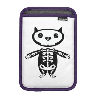unter Schutz durch das allmächtige Katzen-Skelett iPad Mini Sleeve