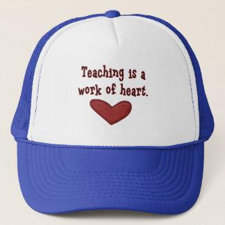 Unterricht ist eine Arbeit der Herz-T-Shirts und Truckerkappe