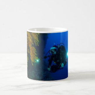 Unterwasseratemgerät-Tauchen auf dem Great Barrier Kaffeetasse
