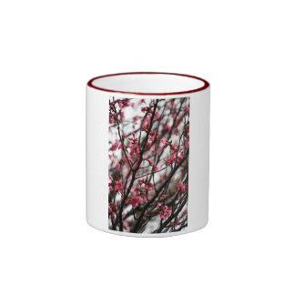 Ursprüngliches Kirschblüten-MakroFoto Ringer Tasse