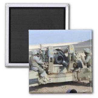 US-Marinesoldaten bereiten vor sich, eine Haubitze Quadratischer Magnet